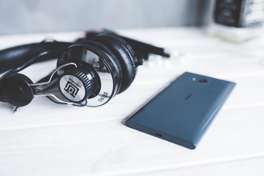 kaboompics.com_Closeup of headphones with smart phone II